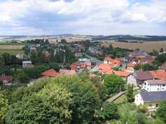 Výhled z kostelní věže na horní konec obce v roce 2011