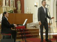 na klavír doprovází Vlastimil Šmída