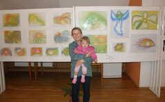 Martina Pesničáková s vnučkou před svými obrázky